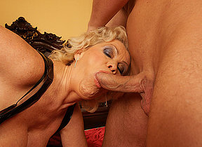 This horny mama gets her logbook creampie