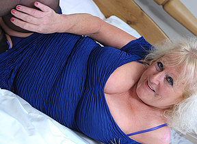 Big mature slattern squirting her bed under