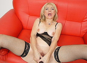 Kinky mature slut possessions fisted hard and long