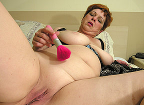 Squirting mama makes herself ready just for you