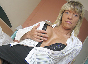 Horny mature Carmen loves to play with her toys