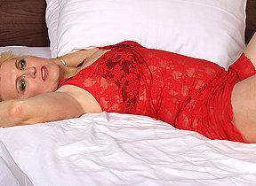 Blonde mature slut going readily obtainable it on her bed