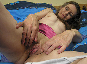 Mature slut carrying-on on her bed