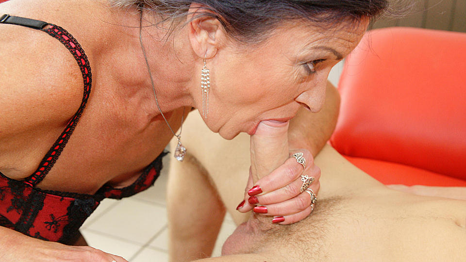 This Anal Loving Mature Slut Gets A Warm Dumfound