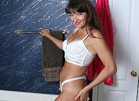 Cute American housewife getting gungy in the bathtub