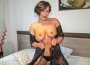 Sexy mom sticks her bagatelle deep into her drenched pussy