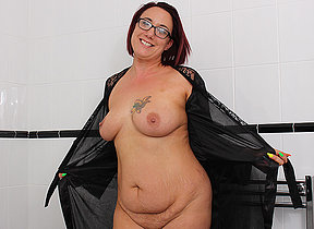 British housewife effectuation with her shaved pussy in the bathtub